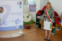 sindaco-boscaini-regala-spazio-allattamento-leura-biblioteca-comunale