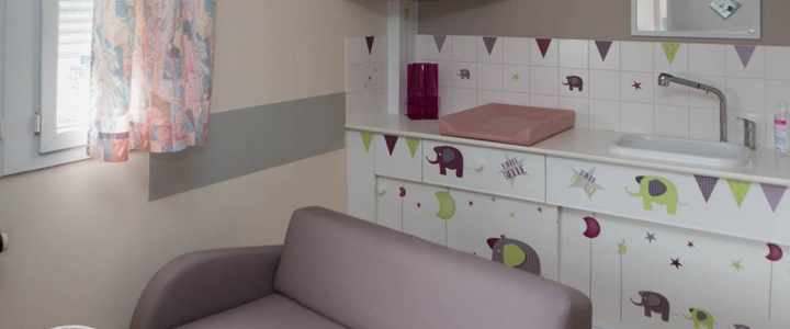 2-arc-en-ciel-france-maternity-ward-changing-table-family-room